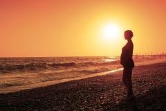 Femme enceinte et coucher du soleil Images libres de droits
