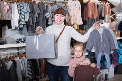 Femme enceinte et enfant de positif appréciant des achats Image libre de droits
