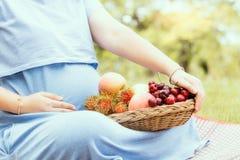 Femme enceinte et fruit sain qui bons pour un enfant Images stock
