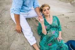 Femme enceinte et homme dans une carrière en pierre Photographie stock