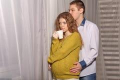 Femme enceinte et mari Photographie stock libre de droits