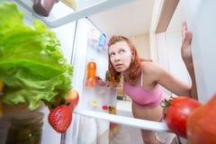 Femme enceinte et réfrigérateur avec la nourriture biologique images stock