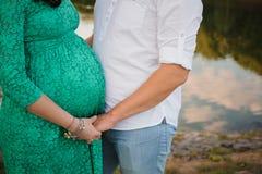 Femme enceinte et son mari dans la robe verte Photo libre de droits