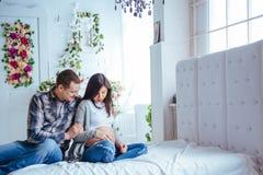 Femme enceinte et son mari tenant des butins Photos libres de droits