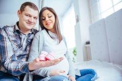 Femme enceinte et son mari tenant des butins Images libres de droits