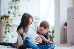 Femme enceinte et son mari tenant des butins Photographie stock libre de droits