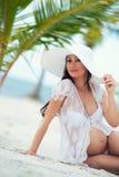 Femme enceinte et voyage Repos dans les pays exotiques Mer, plage, palmiers Image stock