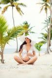 Femme enceinte et voyage Repos dans les pays exotiques Mer, plage, palmiers Photos libres de droits