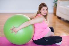 Femme enceinte faisant l'exercice avec la boule d'exercice Photo libre de droits