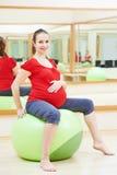 Femme enceinte faisant l'exercice de boule de forme physique Photo libre de droits