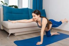 Femme enceinte faisant l'exercice de yoga photographie stock libre de droits