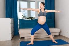 Femme enceinte faisant l'exercice de yoga Photo libre de droits