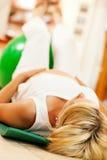 Femme enceinte faisant la gymnastique de grossesse Image stock
