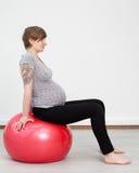Femme enceinte faisant la séance d'entraînement photos libres de droits