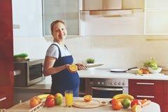 femme enceinte faisant le jus de fruit sain Image libre de droits