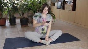 Femme enceinte faisant le yoga banque de vidéos