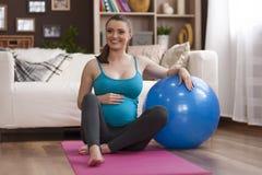 Femme enceinte faisant le yoga photo libre de droits