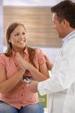 Femme enceinte heureuse au docteur Images stock