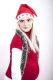 Femme enceinte heureuse avec le chapeau de Noël Image libre de droits