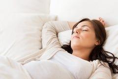Femme enceinte heureuse dormant dans le lit à la maison Image libre de droits