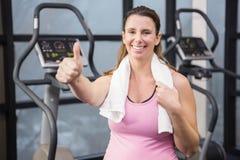 Femme enceinte heureuse montrant le pouce  photographie stock libre de droits