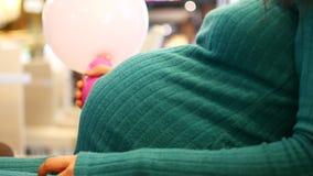 Femme enceinte heureuse se reposant sur un sofa et caressant son ventre Femme enceinte d?contract?e de jeunes touchant sa s?ance  clips vidéos