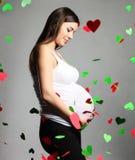 Femme enceinte heureux touchant son ventre photos stock