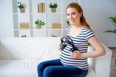 Femme enceinte jouant la musique photos libres de droits