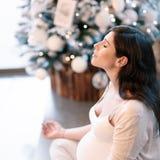 Femme enceinte méditant Images stock