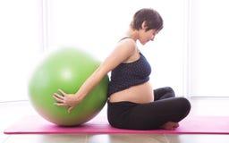 Femme enceinte maintenant dans la forme Images libres de droits