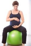 Femme enceinte maintenant dans la forme Photo stock