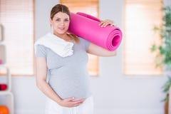 Femme enceinte maintenant dans la forme Images stock