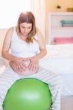 Femme enceinte maintenant dans la forme Photos stock