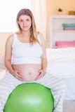 Femme enceinte maintenant dans la forme Image stock