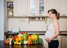 Femme enceinte - nourriture saine Images libres de droits