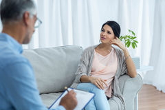 Femme enceinte parlant au docteur Photographie stock libre de droits