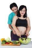 Femme enceinte préparant la salade Photo libre de droits