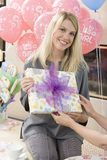 Femme enceinte prenant le cadeau de l'ami Image stock