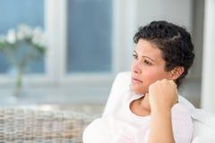 Femme enceinte réfléchie à la maison photos libres de droits