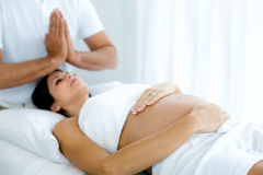 Femme enceinte recevant un traitement de station thermale du masseur photo stock
