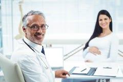 Femme enceinte s'asseyant à la clinique pour le contrôle de santé Photo libre de droits