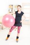 Femme enceinte s'exerçant à la maison Image libre de droits