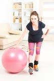 Femme enceinte s'exerçant à la maison Images stock