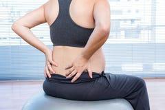 Femme enceinte s'exerçant sur la boule d'exercice Photographie stock libre de droits