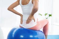 Femme enceinte s'exerçant sur la boule d'exercice Photographie stock