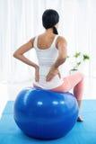 Femme enceinte s'exerçant sur la boule d'exercice Images stock