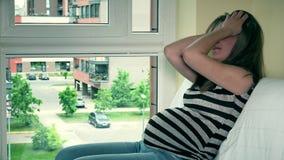 Femme enceinte se sentant mal à la maison Fille montrant pleurer négatif d'émotions banque de vidéos