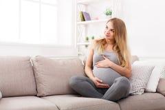Femme enceinte songeuse rêvant de l'enfant Photographie stock