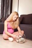 Femme enceinte sur l'étage avec des seashells photographie stock libre de droits