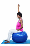 Femme enceinte sur la bille d'exercice photo stock